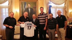 Medina recive a Randy Johnson