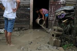 ST0100. SANTIAGO (REPÚBLICA DOMINICANA), 06/06/2011.- Una mujer saca agua de su casa hoy, lunes 6 de junio de 2011, en Santiago (República Dominicana), donde las constantes lluvias de las últimas horas han provocado la crecida del río Licey, dejando 546 casas inundadas y 12 destruidas. EFE/José Bueno