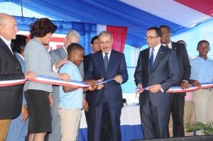 Medina entrega dos escuela en Azua