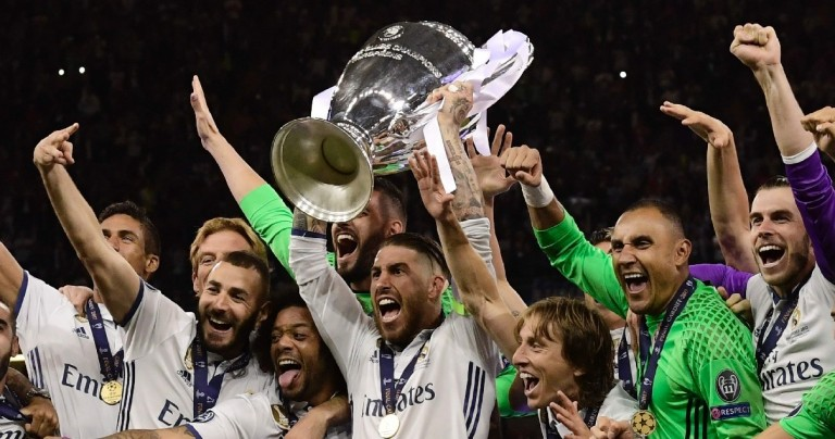 TOPSHOT - Real Madrid captain Sergio Ramos lifts the trophy after Real Madrid won the UEFA Champions League final football match between Juventus and Real Madrid at The Principality Stadium in Cardiff, south Wales, on June 3, 2017. / AFP / JAVIER SORIANO