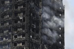 """FA096 LONDRES (REINO UNIDO) 14/06/2017. - Vista de los daños causados en la Torre Grenfell en Lancaster West Estate en Londres (Reino Unido) donde se ha declarado un incendio hoy, 14 de junio de 2017. El alcalde de Londres, el laborista Sadiq Khan, dijo hoy que """"desafortunadamente, subirá la cifra de muertos"""" en el incendio, que ha dejado de momento seis muertos y 74 heridos. EFE/Facundo Arrizabalaga"""