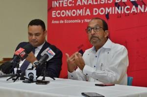 Economistas proponen aumento salario