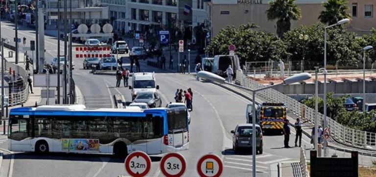 Furgoneta embiste dos paradas en Marsella