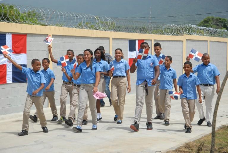Medina entrega dos escuelas en Puerto Plata