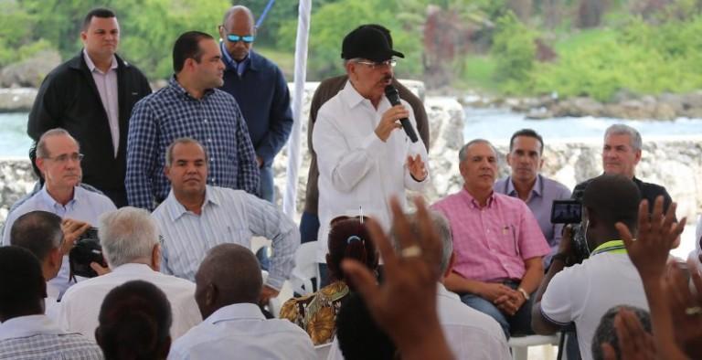Medina promete un barco a pescadores