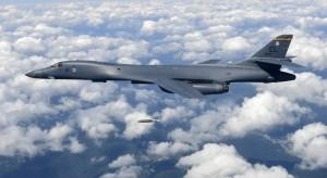 Un bombardero estadounidense B-1B arroja una bomba