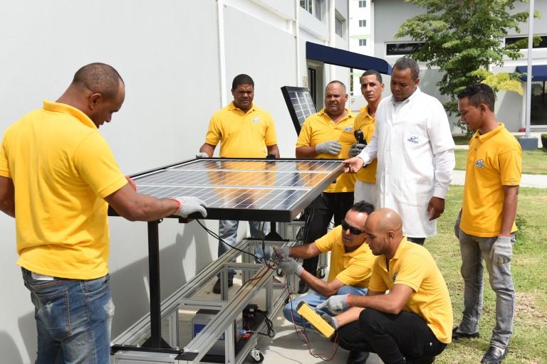 Infotep capacita técnicos en energía renovable