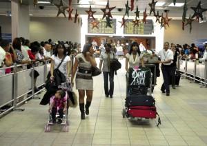 País - Llegada de Dominicanos ausentes, precedentes del exterior, para pasar las navidades con sus familias. Aeropuerto Las Américas. En la foto Vanessa Cepeda. Ariel Díaz-Alejo / Periódico Hoy / 22 de diciembre del 2010.