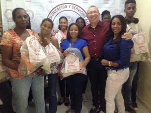 Fundación entrega alimentos