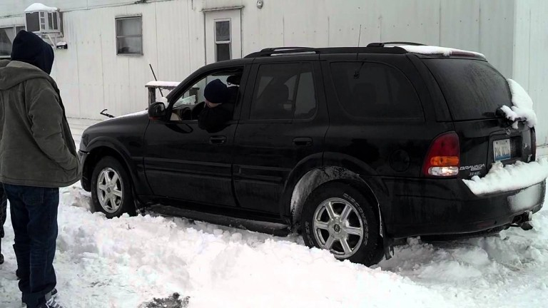 Carro atascado en la nieve