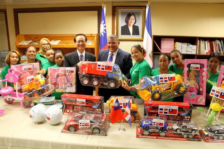 Prosoli entrega juguetes donados por Taiwán