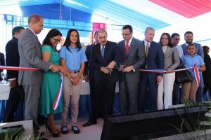Medina entrega dos escuelas en La Vega