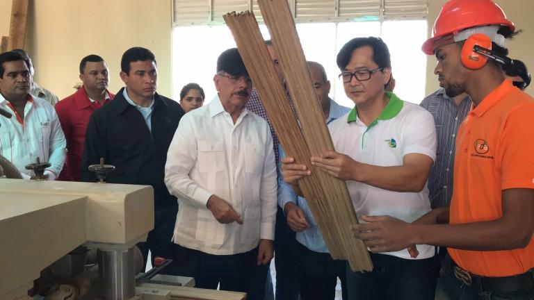 Medina visita planta bambú