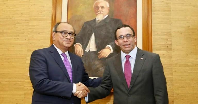 Andrés Navarro y secretario Educación de México