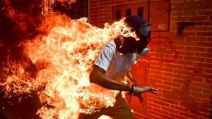 Hombre en llamas en protesta Venezuela