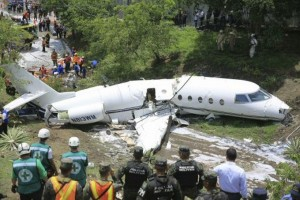 Avion se quiebra por la mitad