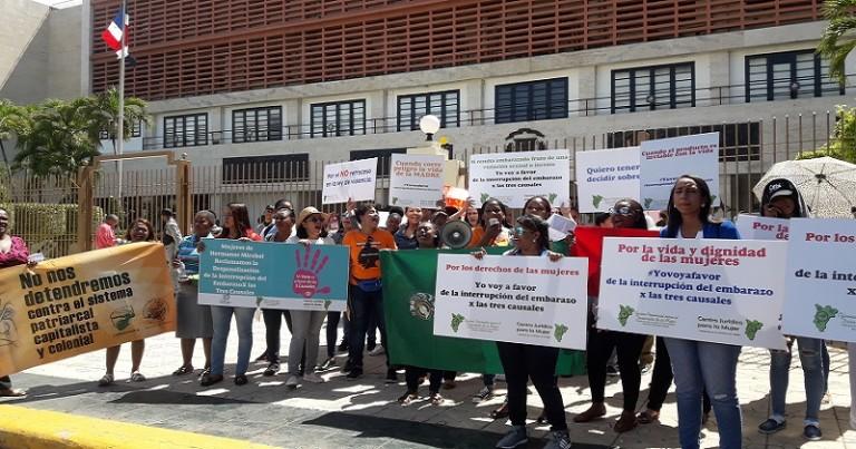 Mujeres se maniefiestan frente al Congreso