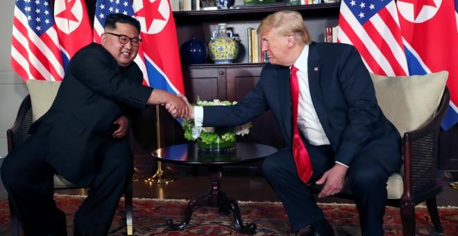 Kim Jong Un y Donald Trump estrechan sus manos