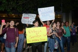 Managua 18 de Abril del 2018 Estudiantes universitarios fueron agredidos por turbas sandinistas en las afueras de la Universidad Centroamericana, mientras realizaban una protesta pacifica en rechazo a la reforma del INSS.LAPRENSA/ Roberto Fonseca