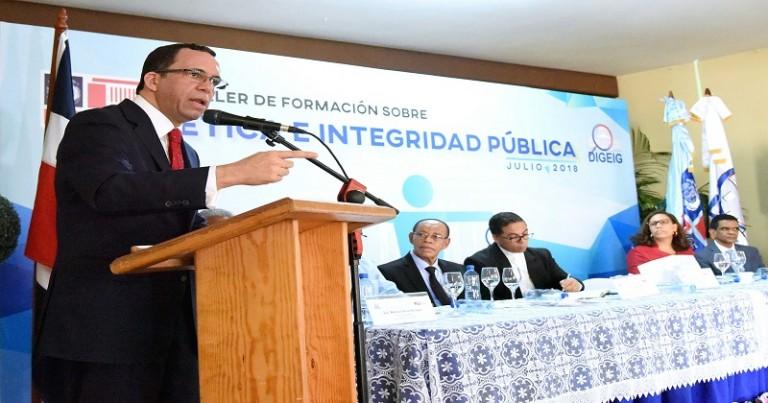 Navarro exhorta a directores ser ético