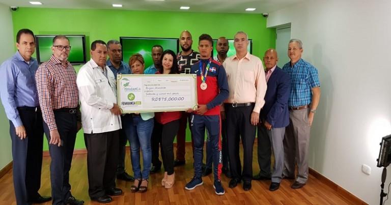 Fenabanca entrega una donación de RD$75 mil a deportista