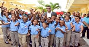 Navarro con estudiantes Dajabón