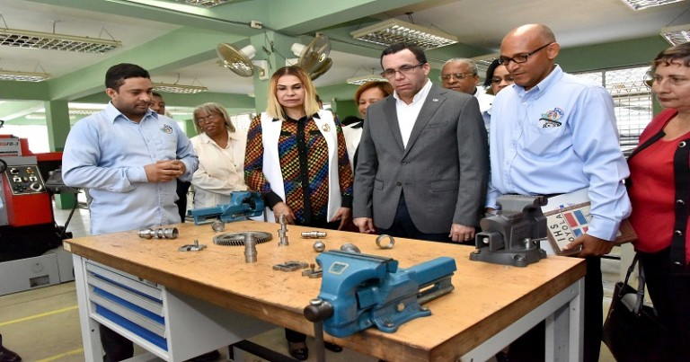 Navarro inicia remozamiento escuelas Dajabón