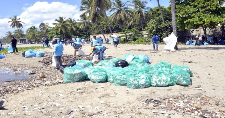 Limpian playas y ríos