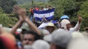 Migrantes hondureños llegan a la frontera entre Honduras y Guatemala en Agua Caliente
