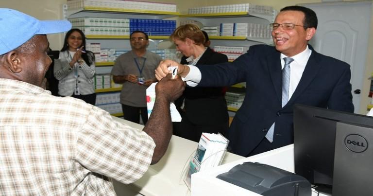 Promese abre farmacia en Haras Nacionales