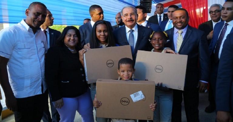 Danilo Medina entrega una escuela en Los Guaricanos