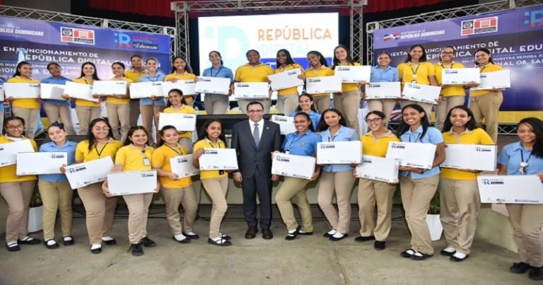 Navarro lleva República Digital a Politécnico de Santiago