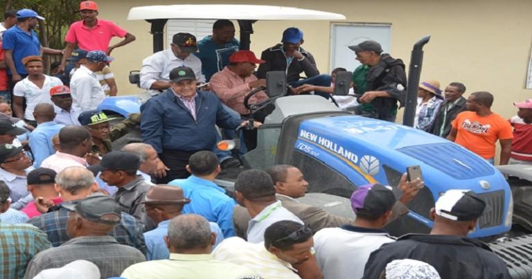 Gobierno entrega tractor en Elías Piña