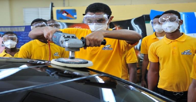 Infotep forma jóvenes en mecánica automotriz