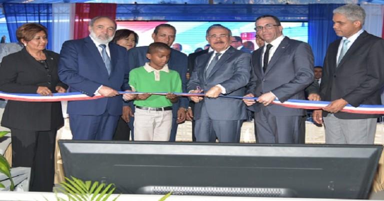 Medina entrega 4 escuelas en La Romana