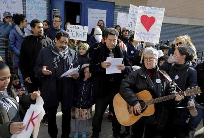 Escuelas de NY rechazan agentes migración