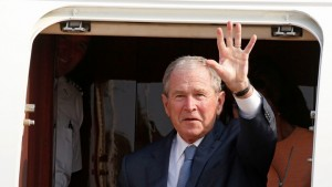Former US President George W. Bush waves as he arrives in Gaborone, Botswana, April 4, 2017.  REUTERS/Mike Hutchings - RTX3408E