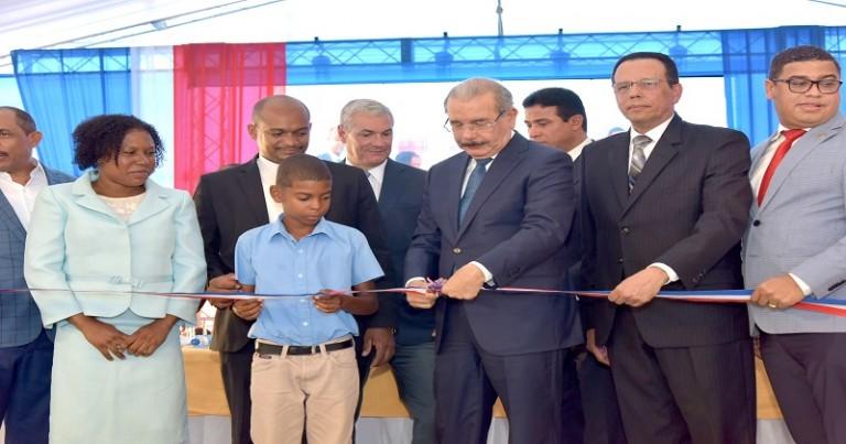 Medina entrega tres escuelas en SC