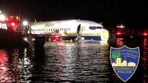 Avión se sale de la pista y temina en un río en la Florida