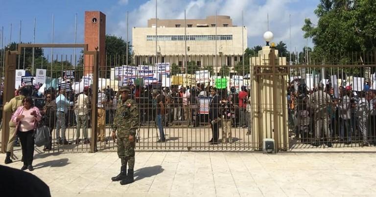 Cientos se manifiestan en Cogreso contra reforma Constitución