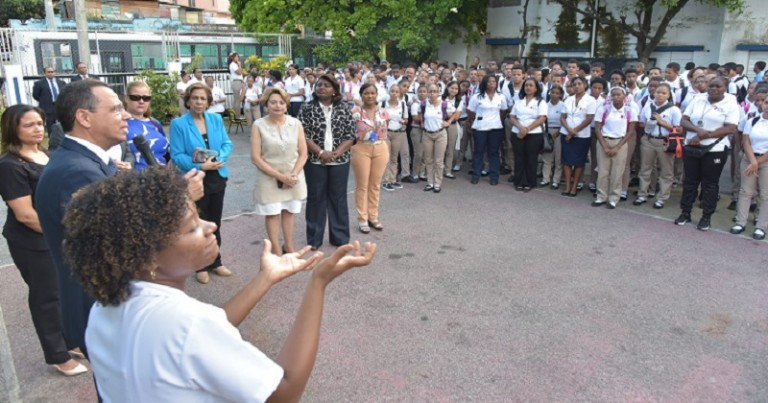 Peña Mirabal visita escuela sordos