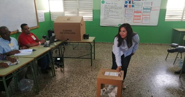 Maritza Hernández vota en primarias