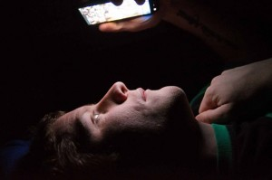 Pierde visión por usar celular en la oscuridad