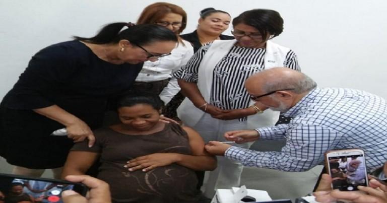 Doctor Zacarías Garib aplica vacuna a una embarazada