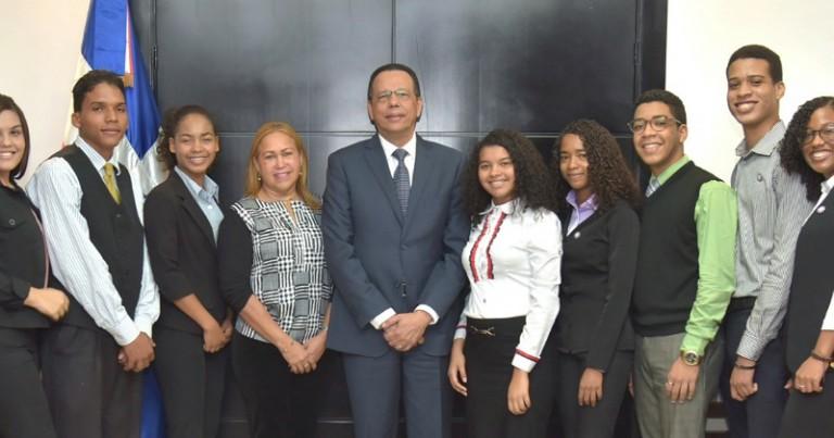 Peña Mirabal apoya estudiantes van a intercambio cultural a EEUU