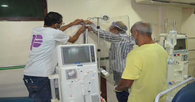 Hospital Billini instala manparas para protejer del covid-19