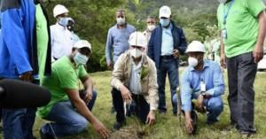 Administador Egehid planta un árbol