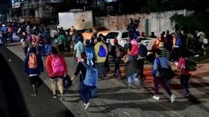 Cientos de hondureños parte en caravana a EEUU
