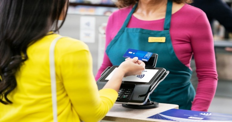 ContactlessCard_WomanGrocery