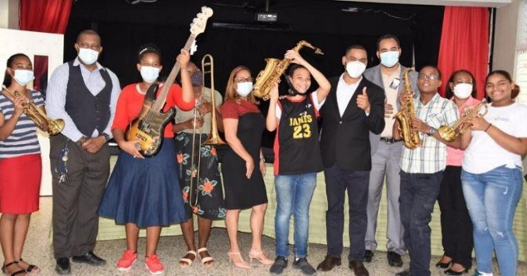 Educación entrega instrumentos musicales a estudiantes de Artes